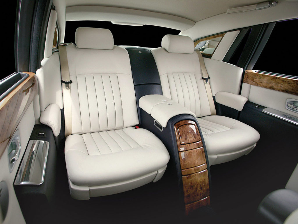 10-Most-Expensive-Luxury-Car-Options-For-The-Billionaires-Rolls-Royce-Phantom-Divided-Rear-Seats-34.4001