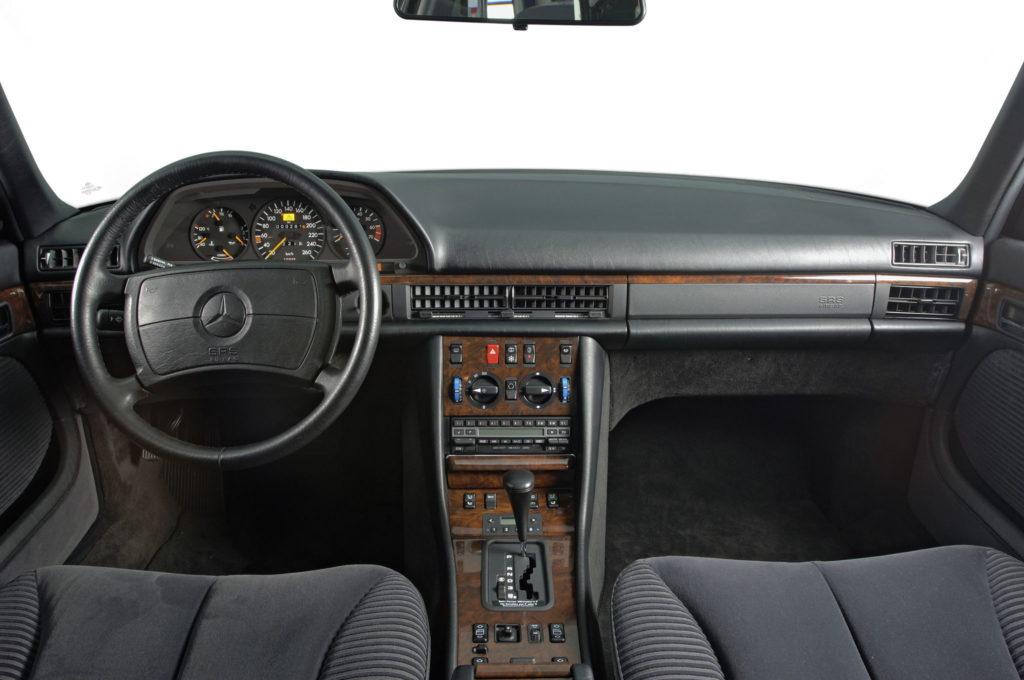 """Mercedes-Benz S-Klasse Limousine der Baureihe 126. Die in Lenkrad und Armaturenbrettverkleidung eingeprägte Kennzeichnung SRS AIRBAG verweist darauf, dass dieses Fahrzeug mit Gurtstraffern und Airbags für Fahrer und Beifahrer ausgestattet ist. """"SRS"""" steht für """"Supplementary Restraint System"""" – zusätzliches Rückhaltesystem.  Mercedes-Benz S-Class Saloon from the model series 126. The designation SRS AIRBAG embossed into the steering wheel and instrument panel indicates that this vehicle is equipped with belt tensioners and airbags for the driver and front passenger. """"SRS"""" stands for """"Supplementary Restraint System""""."""