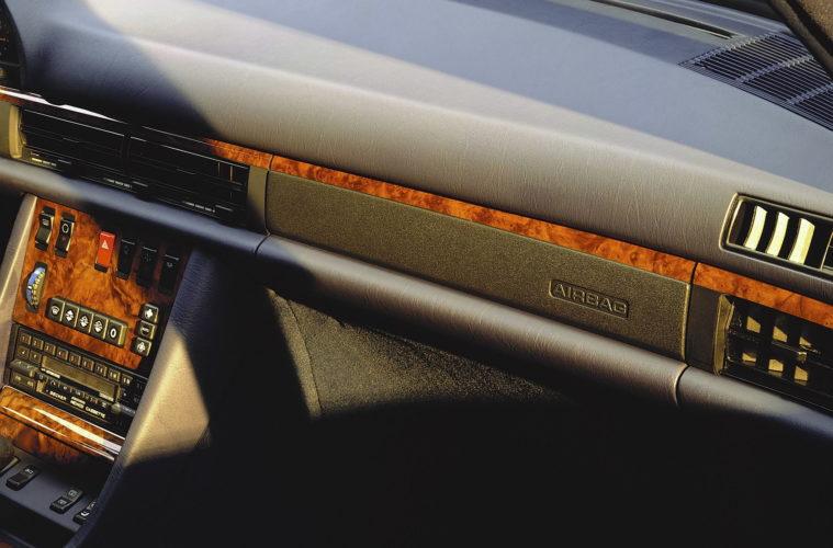 Beifahrer-Airbag mit Kennzeichnung auf der Verkleidung der Armaturentafel, Mercedes-Benz S-Klasse der Baureihe 126.  Front-passenger airbag with marking on the instrument panel, Mercedes-Benz S-Class, model series 126.