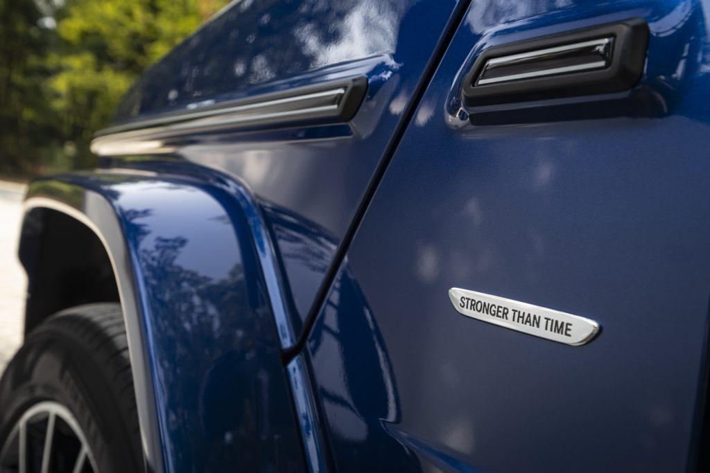 Mercedes-Benz G 400 d; Brilliant blau; Leder Nappa macchiatobeige / yachtblau; Kraftstoffverbrauch kombiniert: 9, 6 l / 100 km; CO2-Emissionen kombiniert: 253 g / km // Mercedes-Benz G 400 d; brilliant blue; Nappa leather leather macchiato beige / yacht blue; Fuel consumption combined: 9.6 l / 100 km; combined CO2 emissions: 253 g / km