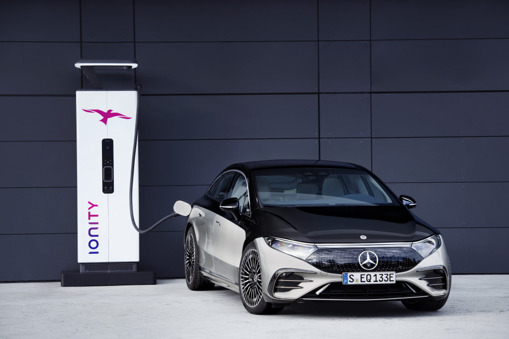 Mercedes-EQ, EQS 580 4MATIC, Exterieur: an der Ionity-Ladesäule; (Stromverbrauch kombiniert: 20,0-16,9 kWh/100 km; CO2-Emissionen kombiniert: 0 g/km);Stromverbrauch kombiniert: 20,0-16,9 kWh/100 km; CO2-Emissionen kombiniert: 0 g/km* Mercedes-EQ, EQS 580 4MATIC, Exterior: at the Ionity charging station; (combined electrical consumption: 20.0-16.9 kWh/100 km; combined CO2 emissions: 0 g/km);Combined electrical consumption: 20.0-16.9 kWh/100 km; combined CO2 emissions: 0 g/km*